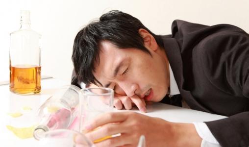 Câncer, depressão, suicídio e outros problemas podem ser causados pelo consumo excessivo de álcool.